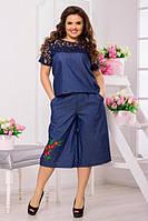 Женский джинсовый комбинезон с гипюром и нашивкой батал. Ткань: рубашечный джинс. Размер: 48-50, 52-54