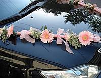 Украшение из живых цветов на машину (гербера,гипсофила и зелень)
