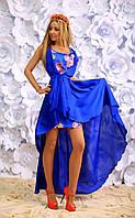 Платье в цветочный принт и свободный палантин в тон основного цвета платья.