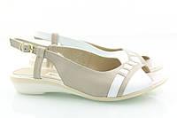 Акуратные босоножки из светлой комбинированной кожи на минимальном каблуке, фото 1