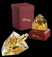 Каждый флакон R. Molvizar это произведение искусства, некоторые из них выполненные в форме брилианта с частицами золота внутри.