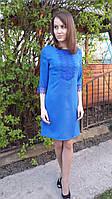 Платье приталенное по фигуре с кружевом цвета електрик