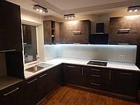 Кухня с выездной столешницей в современном стиле Бетон