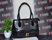 Черная женская сумка с молниями.