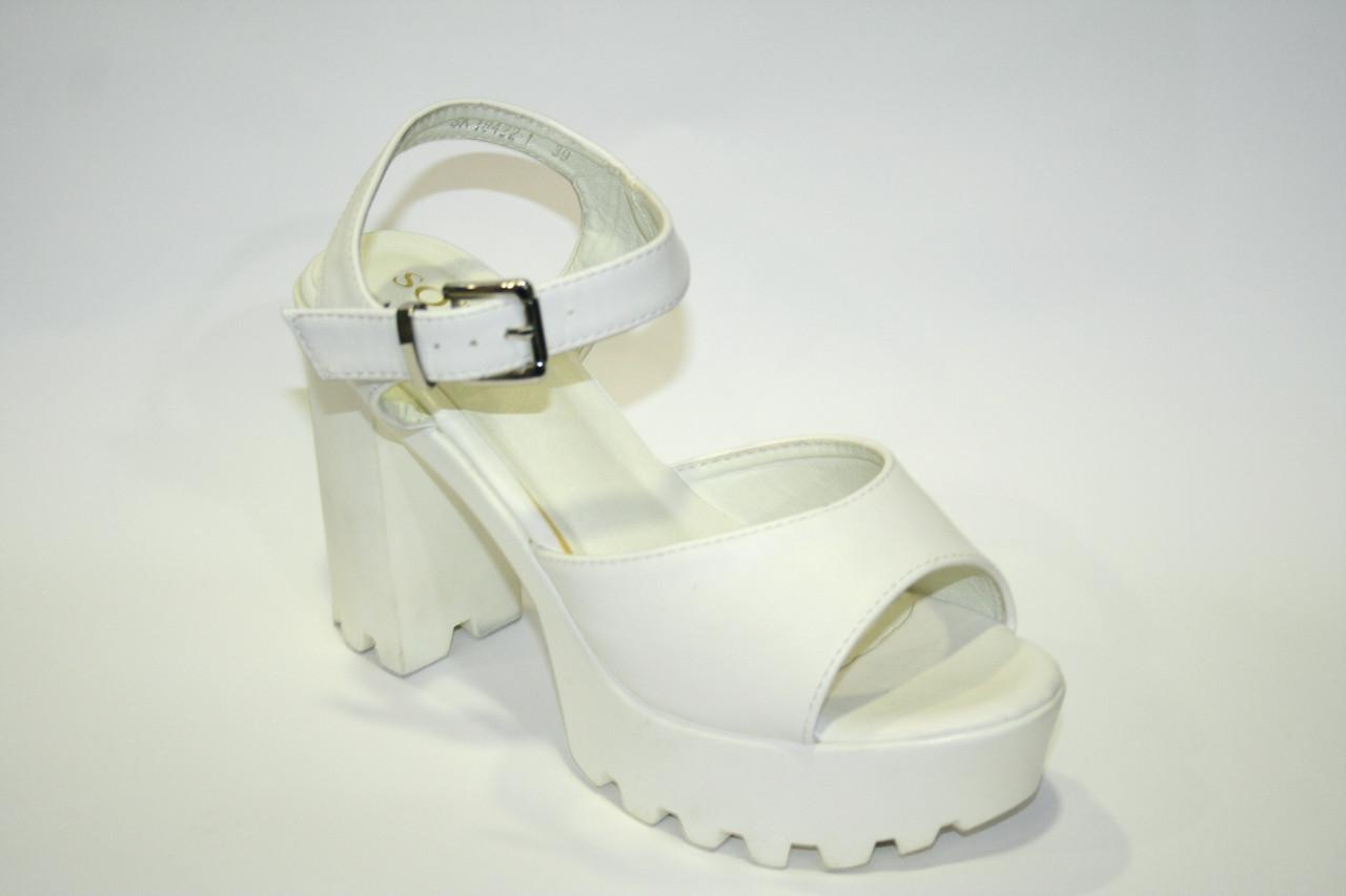 Модные белые босоножки