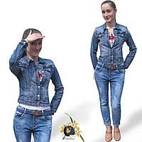 Джинсы бойфренды женские Version светло-синего цвета на пуговицах с ремнём.