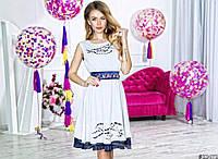 Нарядное короткое женское шифоновое платье, атласный пояс украшен камнями. Цвет белый