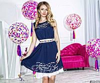 Нарядное короткое женское шифоновое платье, атласный пояс украшен камнями. Цвет темно синий