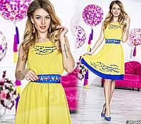 Нарядное короткое женское шифоновое платье, атласный пояс украшен камнями. Цвет желтый с синим