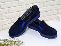 Облегченные туфли из натурального замша черного цвета на ярко синей подошве