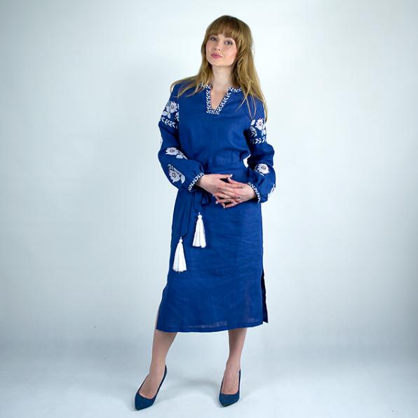 Льняное вышитое платье Цветы синего цвета