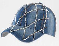 Модель выполнена из джинсовой ткани синего цвета и со стразами в сеточку