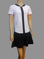Классический женский костюм из черной юбки и белой блузки