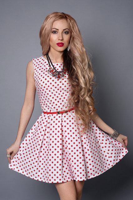 Женское летнее платье белого цвета в красный горошек
