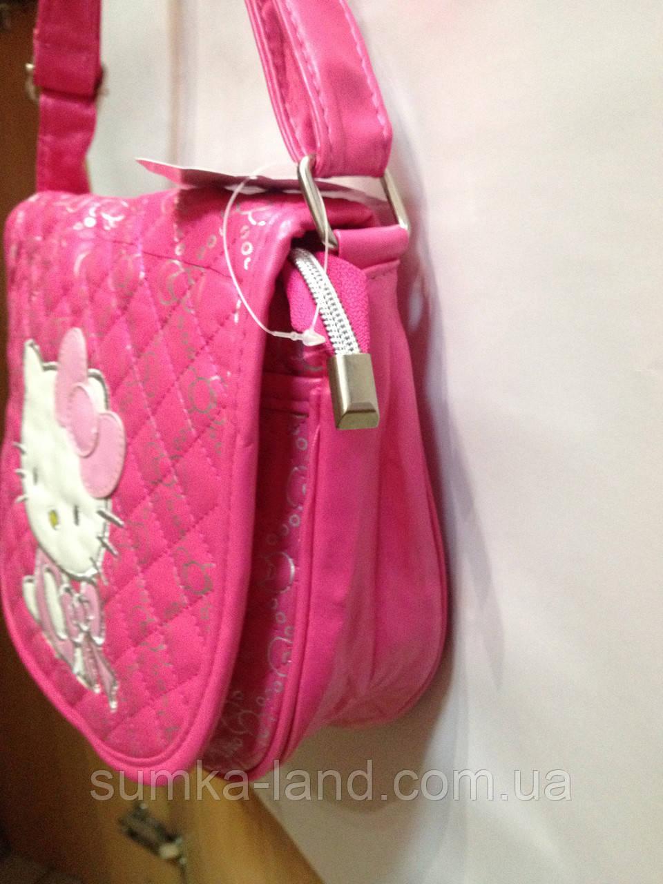 """572035050528 Детская сумка """"Hello Kitty"""" стёганная полукруглой формы с длинным ремешком  через плечо среднего размера. 3 цвета: розовый, малиновый и чёрный."""