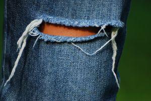 """""""Рваные"""" джинсы: модные аксессуары к образу"""