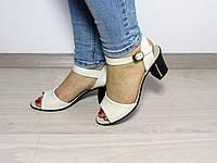 Летние кожаные босоножки на каблуке