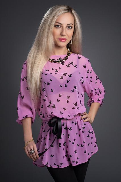 Красивая сиреневая блуза с поясом и модным принтом
