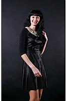 Стильное кожаное трикотажное женское платье черного цвета с кружевным воротником.