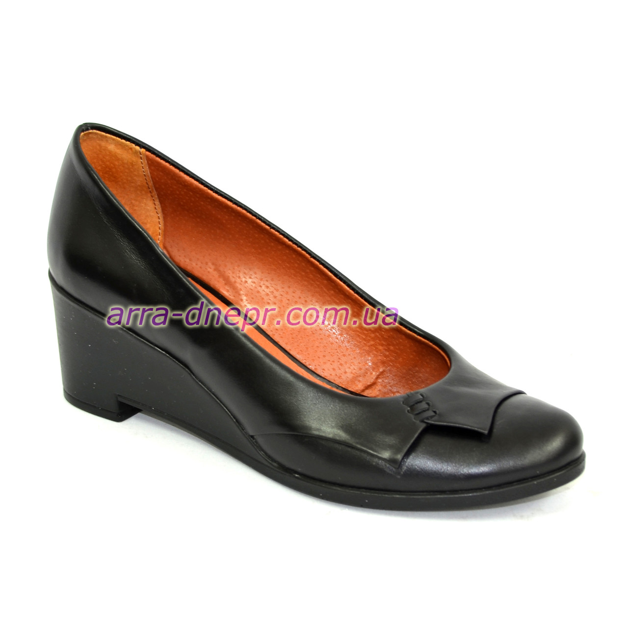 Кожаные женские туфли на невысокой танкетке