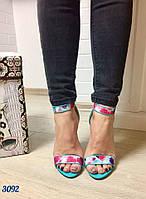 Стильные женские босоножки с цветочным принтом, каблук 11 см. Цвет малиново-голубой