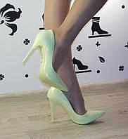 Женские классические туфли лодочки на шпильке лакированные салатовые