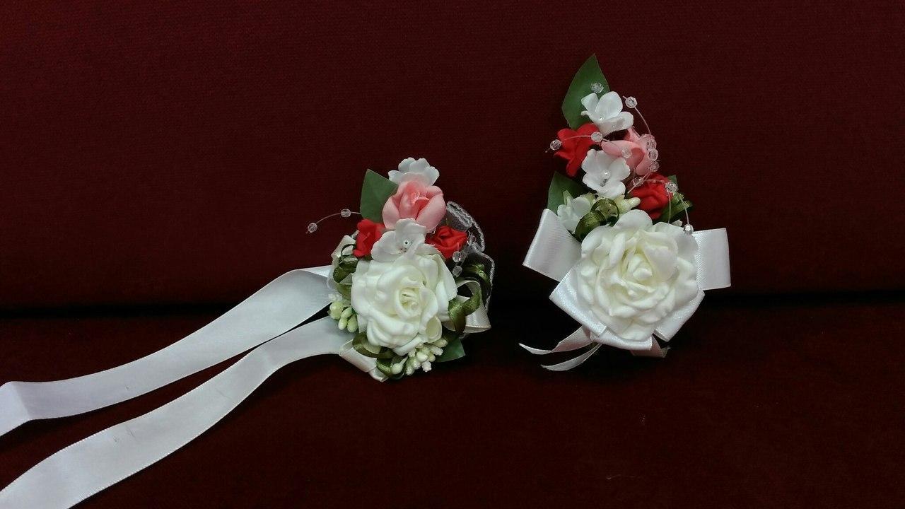 Свадебные бутоньерки для свидетелей (бутоньерка и цветочный браслет) бежевые розы