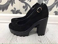 Модные туфли на толстом каблуке. Материал: натуральная кожа/натуральная замша. Высота каблука: 10 см.
