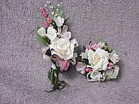 Свадебные бутоньерки для свидетелей (бутоньерка и цветочный браслет) бежевые с розовым