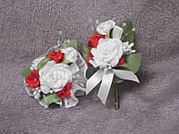 Свадебные бутоньерки для свидетелей (бутоньерка и цветочный браслет) бело-красные