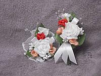 Свадебные бутоньерки для свидетелей (бутоньерка и цветочный браслет) белые розы