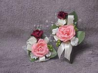 Свадебные бутоньерки для свидетелей (бутоньерка и цветочный браслет) персиковые