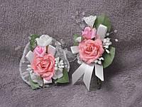Свадебные бутоньерки для свидетелей (бутоньерка и цветочный браслет) персиковые с розовым