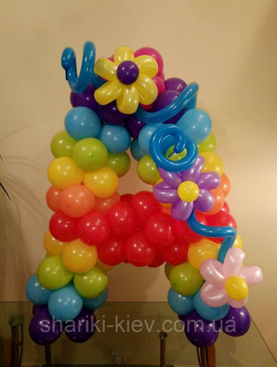 Буква А из шаров радужная с цветами