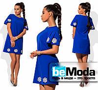 Коктейльное свободное платье с розами синее