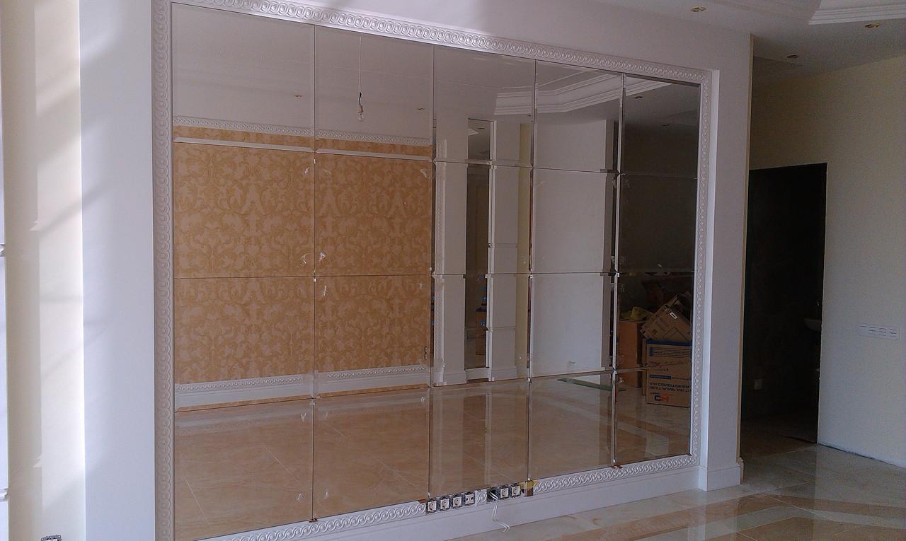 Оформление стены зеркалами с фацетом в интерьере.