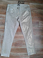 Модные джинсы кремового цвета с золотистым отливом. Италия