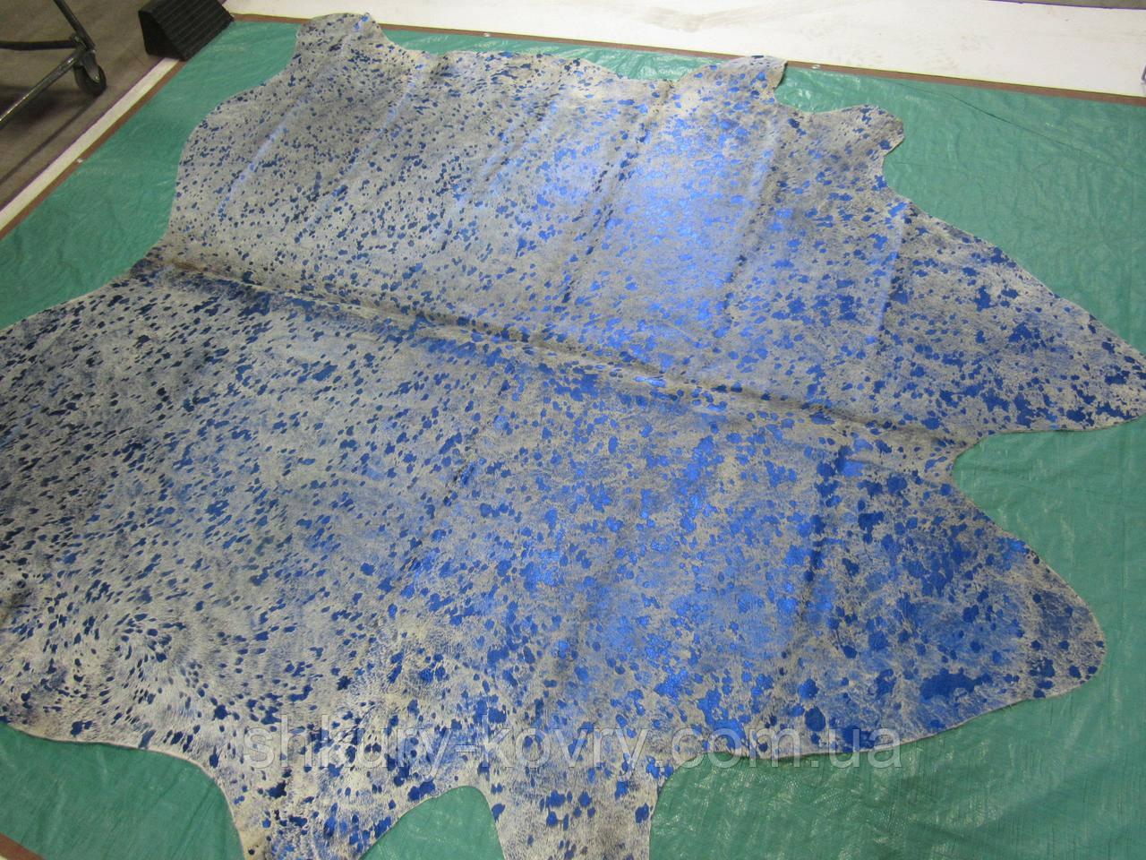 Модные напольные интерьерные шкуры коров с необычным эффектом свечения или брызгами голубой краски