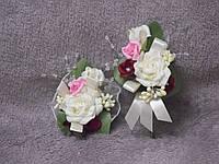 Свадебные бутоньерки для свидетелей (бутоньерка и цветочный браслет) бежевые с розовым и бордо