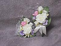 Свадебные бутоньерки для свидетелей (бутоньерка и цветочный браслет) бежевые с розовым и сиреневым