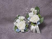 Свадебные бутоньерки для свидетелей (бутоньерка и цветочный браслет) бежево-голубые