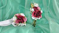 Свадебные бутоньерки для свидетелей (бутоньерка и цветочный браслет)бордовые с розовым и белым