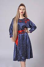 Атласное платье с пышной юбкой украшено вышивкой