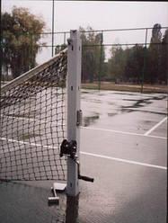 Стойки для большого тенниса с устройством натяжения троса