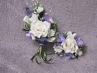 Свадебные бутоньерки для свидетелей (бутоньерка и цветочный браслет) бежевые c сиреневым
