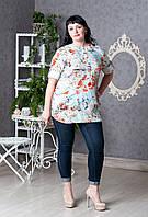Женская блуза с ярким принтом.