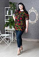 Черная женская блуза с ярким цветочным принтом.