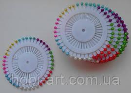Булавки з малими кольоровими бусинами