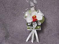 Свадебная бутоньерка из орхидеи бело-красная