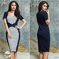 Элегантное платье прилегающего силуэта с глубоким вырезом декольте, спереди декорировано принтом.